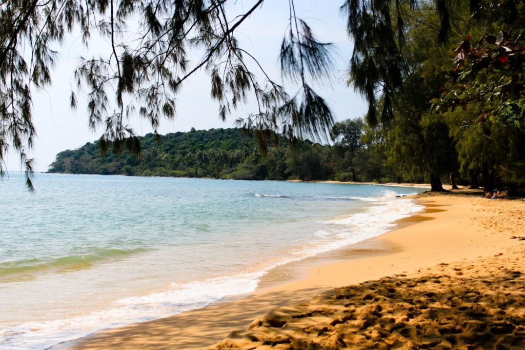 дикий пляж в камбодже